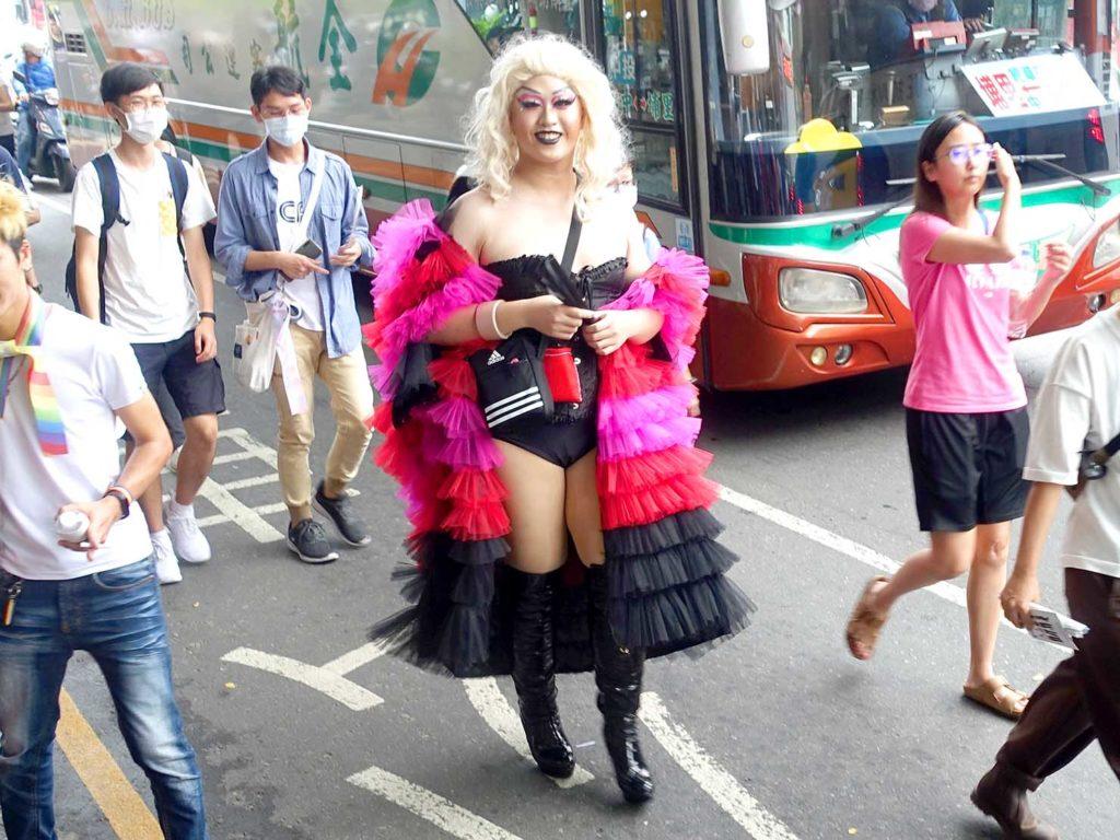 台中同志遊行(台中LGBTプライド)2020のパレードを歩くドラァグクイーン