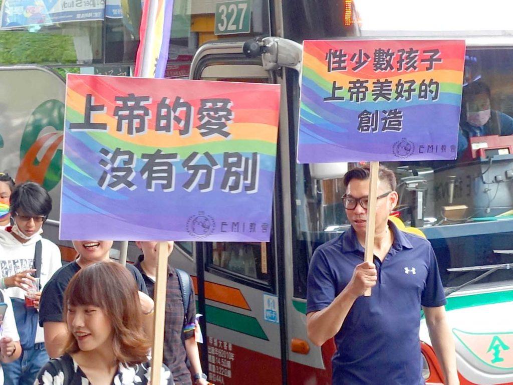 台中同志遊行(台中LGBTプライド)2020のパレードでプラカードを掲げるキリスト教グループ