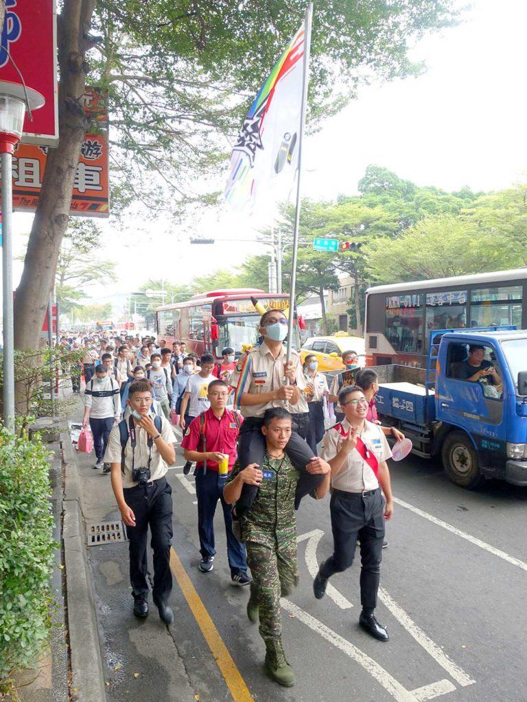 台中同志遊行(台中LGBTプライド)2020のパレードを騎馬で歩く参加者