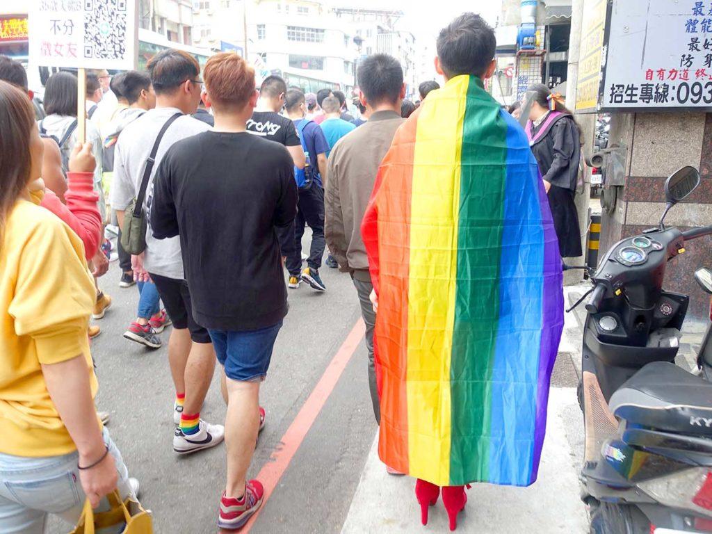台中同志遊行(台中LGBTプライド)2020のパレードでレインボーフラッグを纏って歩く参加者