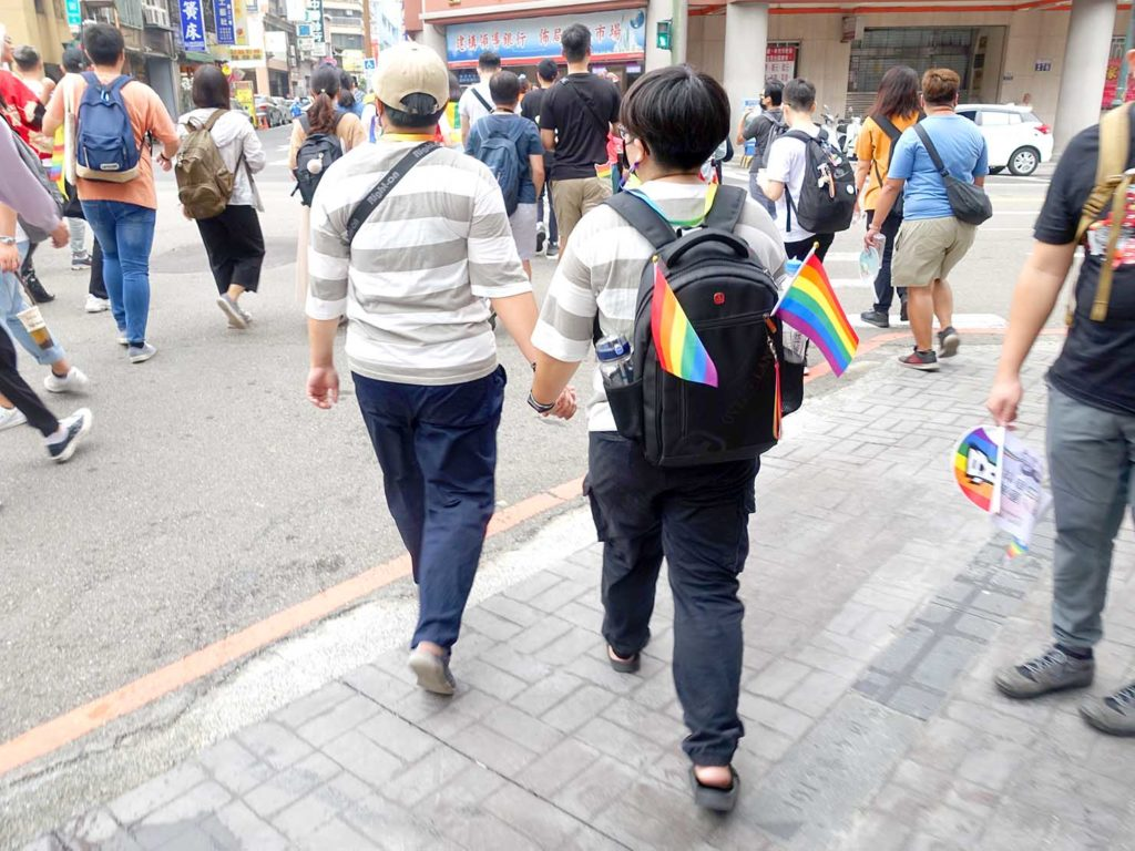 台中同志遊行(台中LGBTプライド)2020のパレードを手を繋いで歩く同性カップル