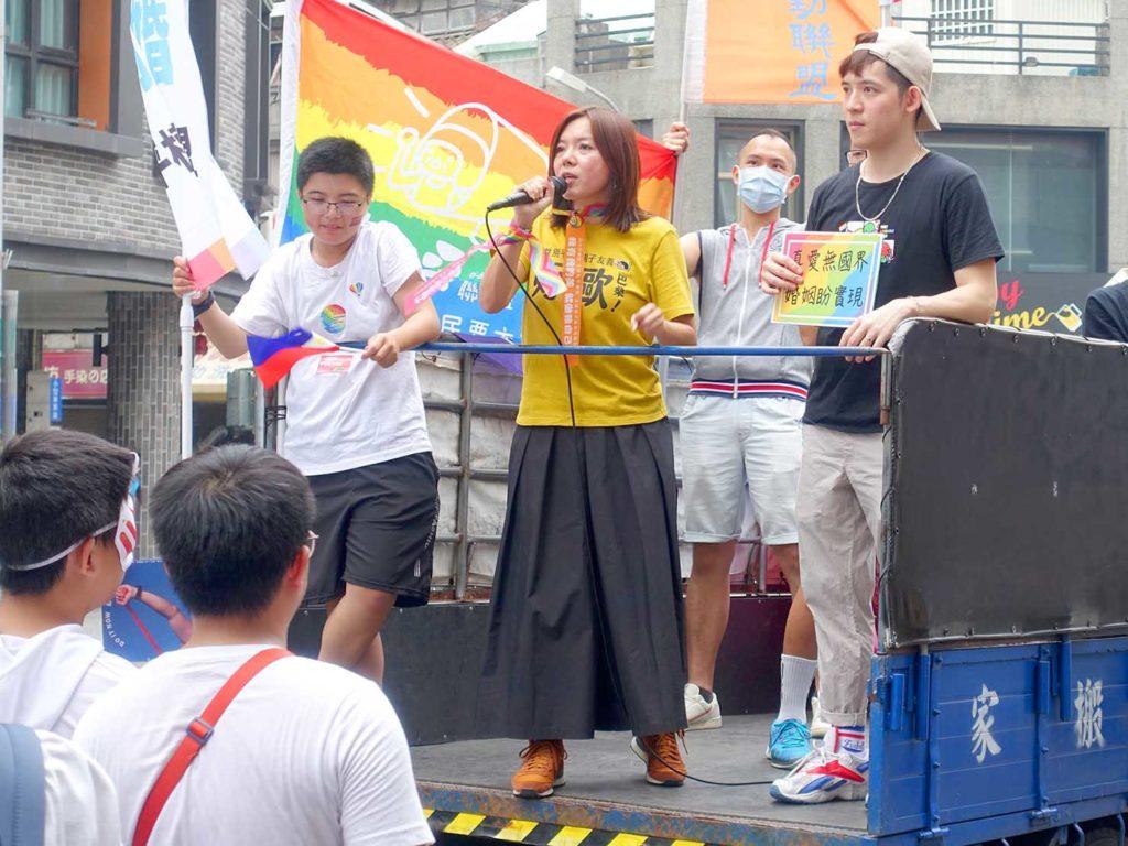 台中同志遊行(台中LGBTプライド)2020のパレード先導車からスピーチする司会者