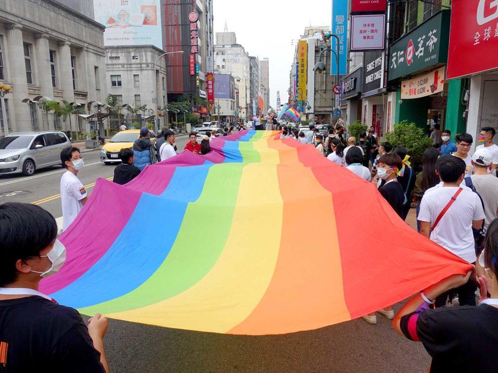 台中同志遊行(台中LGBTプライド)2020のパレードを先導する巨大レインボーフラッグ