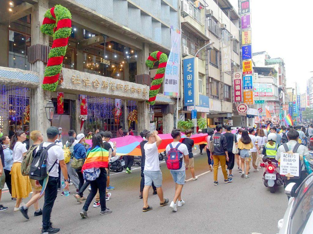 台中同志遊行(台中LGBTプライド)2020で台中市第四信用合作社前に差し掛かるパレード