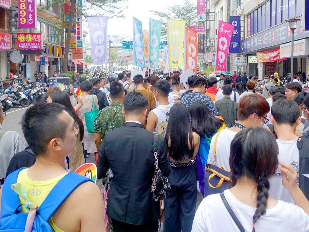 台中同志遊行(台中LGBTプライド)2020でまもなくゴール地点に差し掛かるパレード隊列