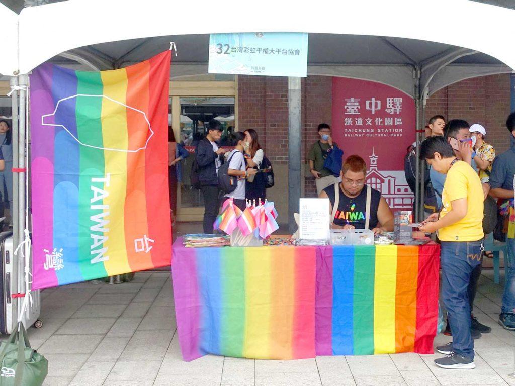 台中同志遊行(台中LGBTプライド)2020でレインボーフラッグを掲げる特設ブース