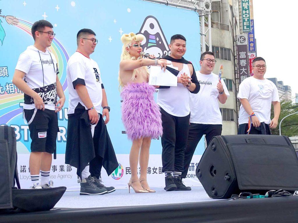 台中同志遊行(台中LGBTプライド)2020パレード後のステージでスピーチするグループ