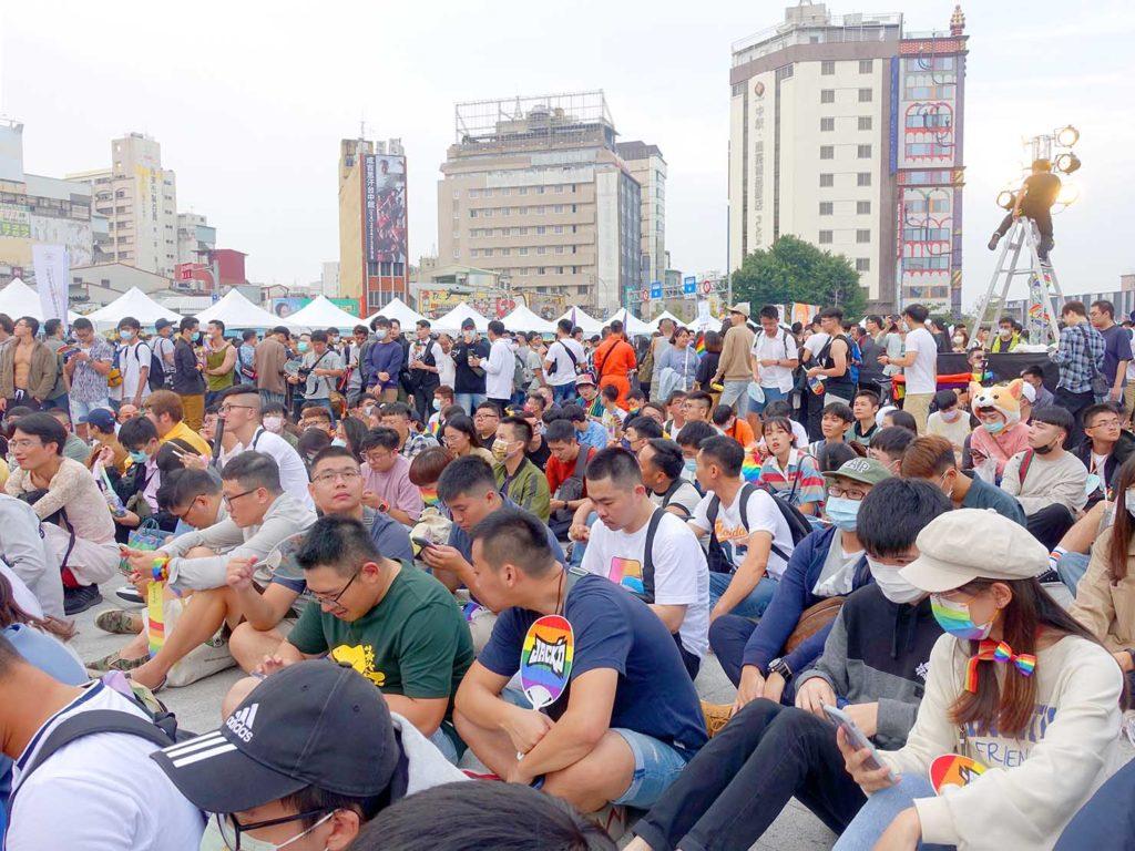 台中同志遊行(台中LGBTプライド)2020パレード後のステージ前に集まる参加者たち