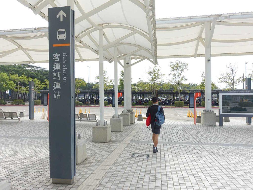 高鐵(台湾新幹線)嘉義駅バス乗り場へのサイン