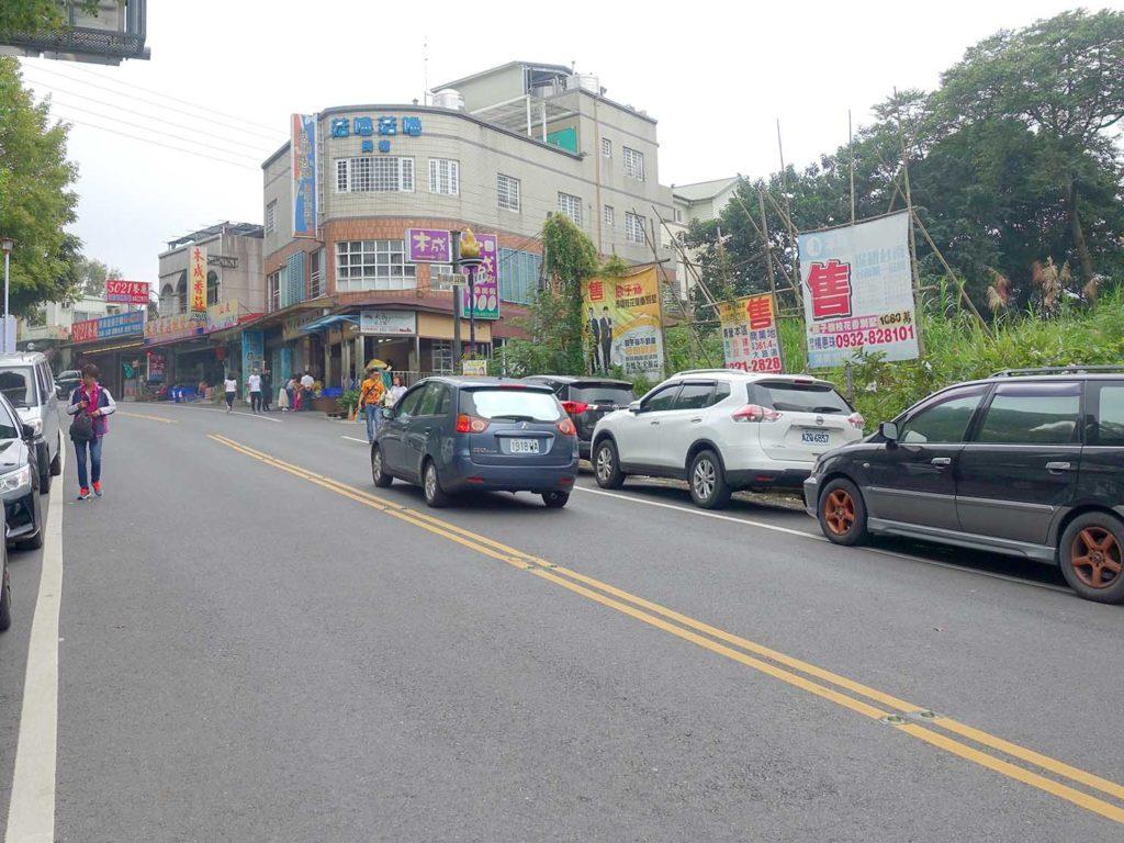 台南・關子嶺バス停前を伸びる坂道