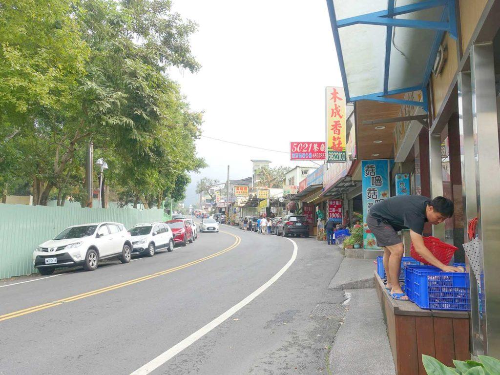 台南・關子嶺バス停前の坂道にある椎茸店