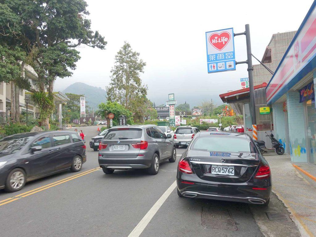 台南・關子嶺バス停前の坂道にあるコンビニ・萊爾富