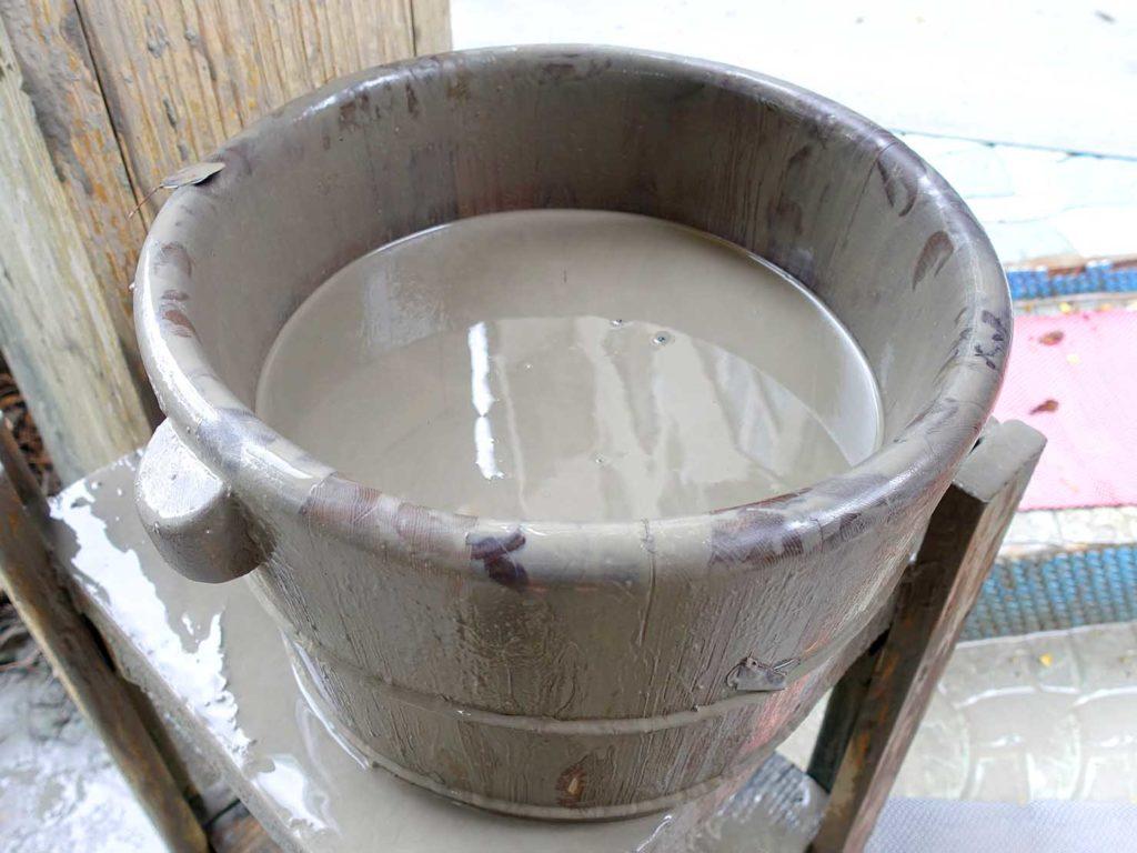台南・關子嶺温泉のホテル「關子嶺統茂溫泉會館」露天温泉に置かれた泥をくんだ桶