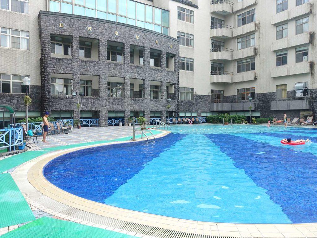 台南・關子嶺温泉のホテル「關子嶺統茂溫泉會館」の屋外プール