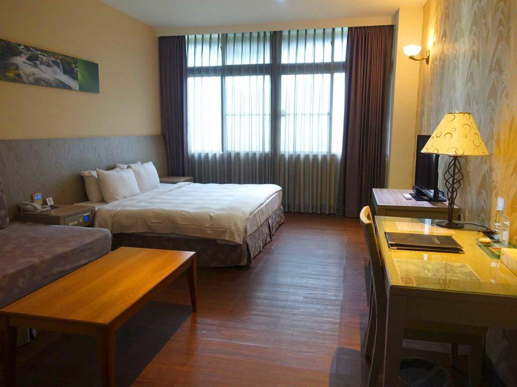 台南・關子嶺温泉のホテル「關子嶺統茂溫泉會館」のダブルルームを玄関側から