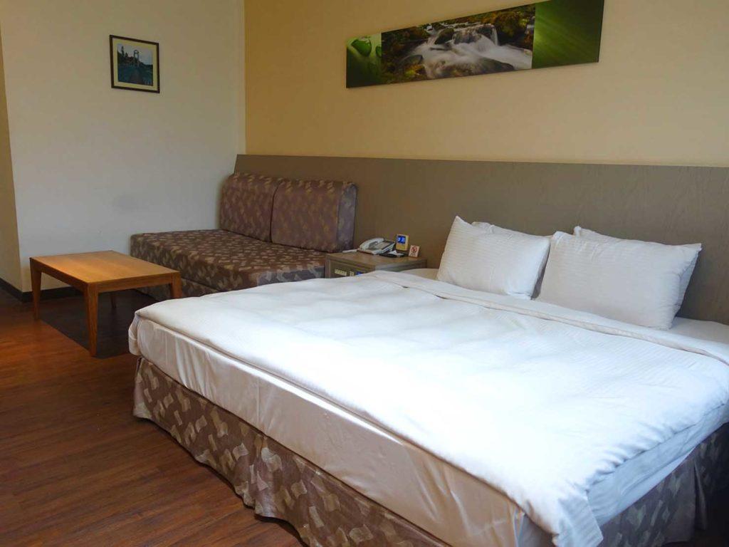 台南・關子嶺温泉のホテル「關子嶺統茂溫泉會館」ダブルルームのベッド