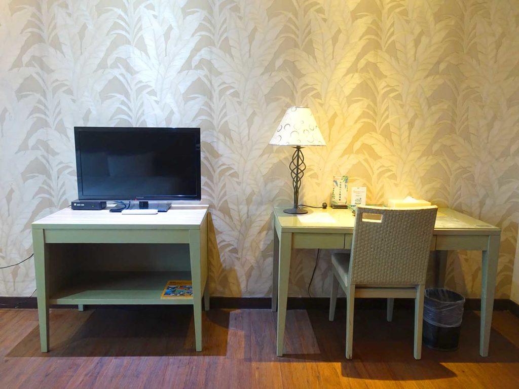 台南・關子嶺温泉のホテル「關子嶺統茂溫泉會館」ダブルルームのテーブル