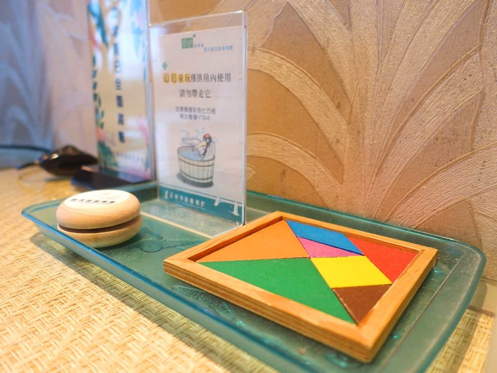 台南・關子嶺温泉のホテル「關子嶺統茂溫泉會館」ダブルルームに準備されたおもちゃ
