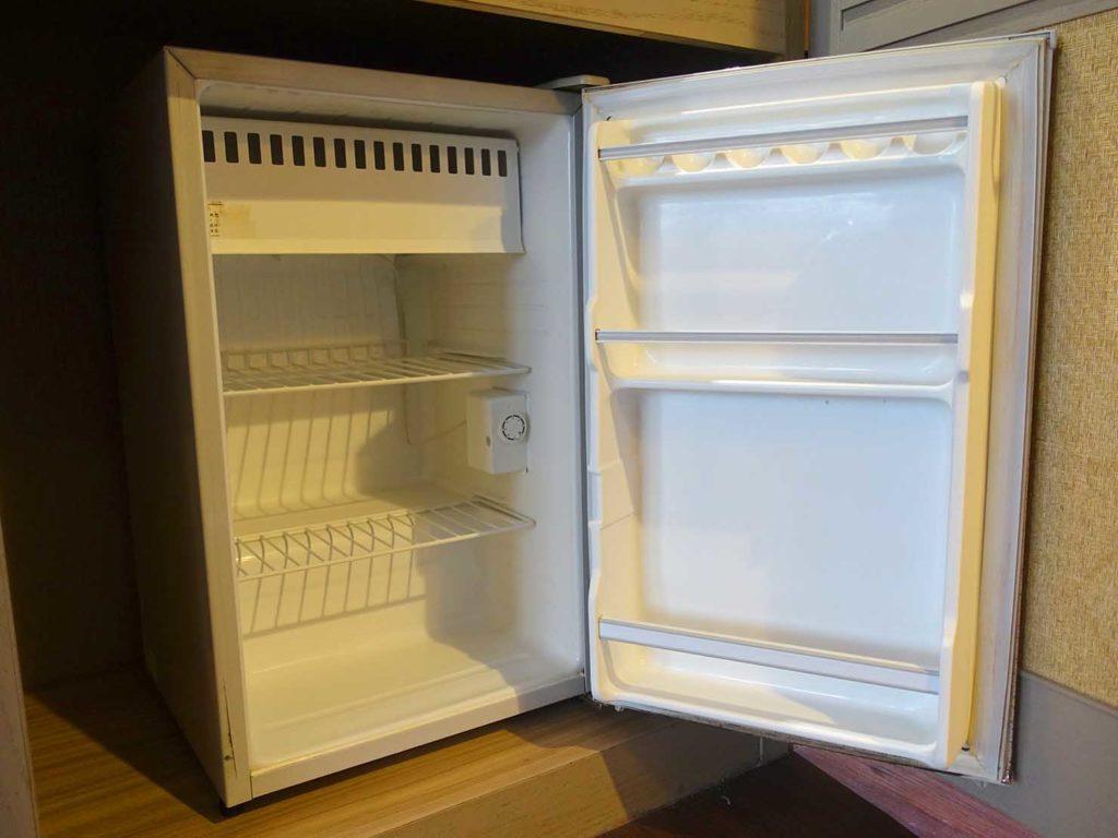 台南・關子嶺温泉のホテル「關子嶺統茂溫泉會館」ダブルルームの冷蔵庫