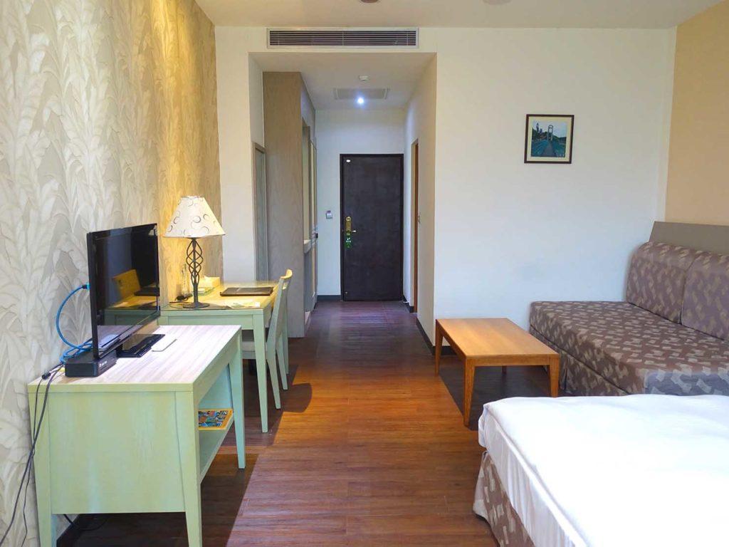 台南・關子嶺温泉のホテル「關子嶺統茂溫泉會館」のダブルルームを窓側から