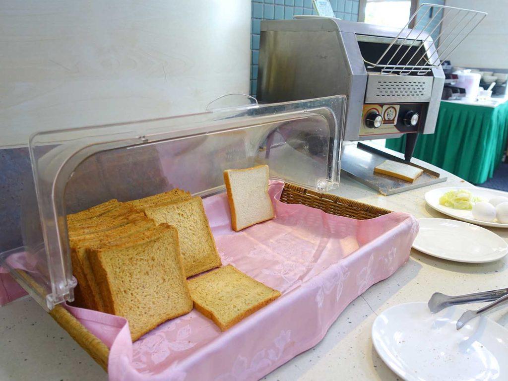 台南・關子嶺温泉のホテル「關子嶺統茂溫泉會館」の朝食ビュッフェ(パン)