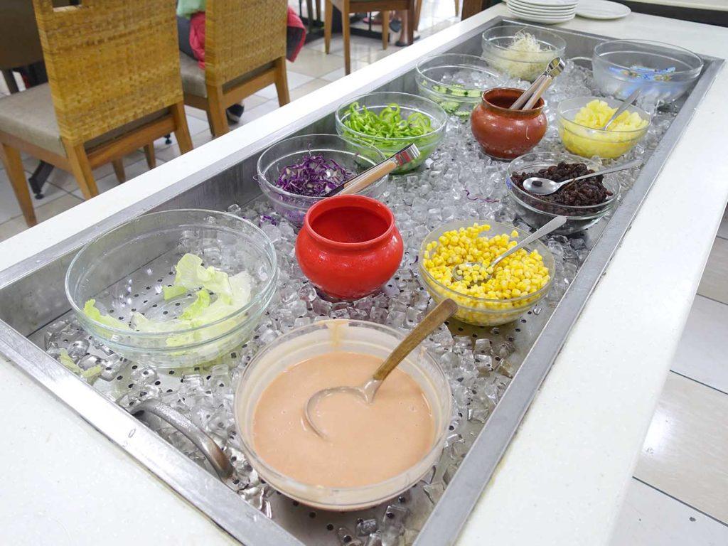 台南・關子嶺温泉のホテル「關子嶺統茂溫泉會館」の朝食ビュッフェ(サラダ)