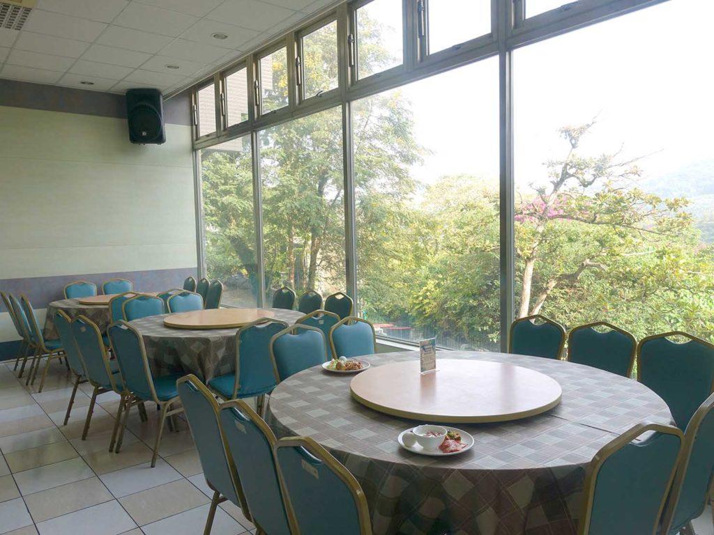 台南・關子嶺温泉のホテル「關子嶺統茂溫泉會館」レストランの窓辺のテーブル席