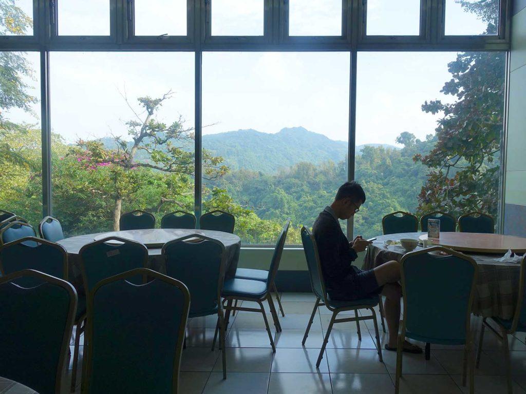 台南・關子嶺温泉のホテル「關子嶺統茂溫泉會館」レストランの窓辺の席から見える景色
