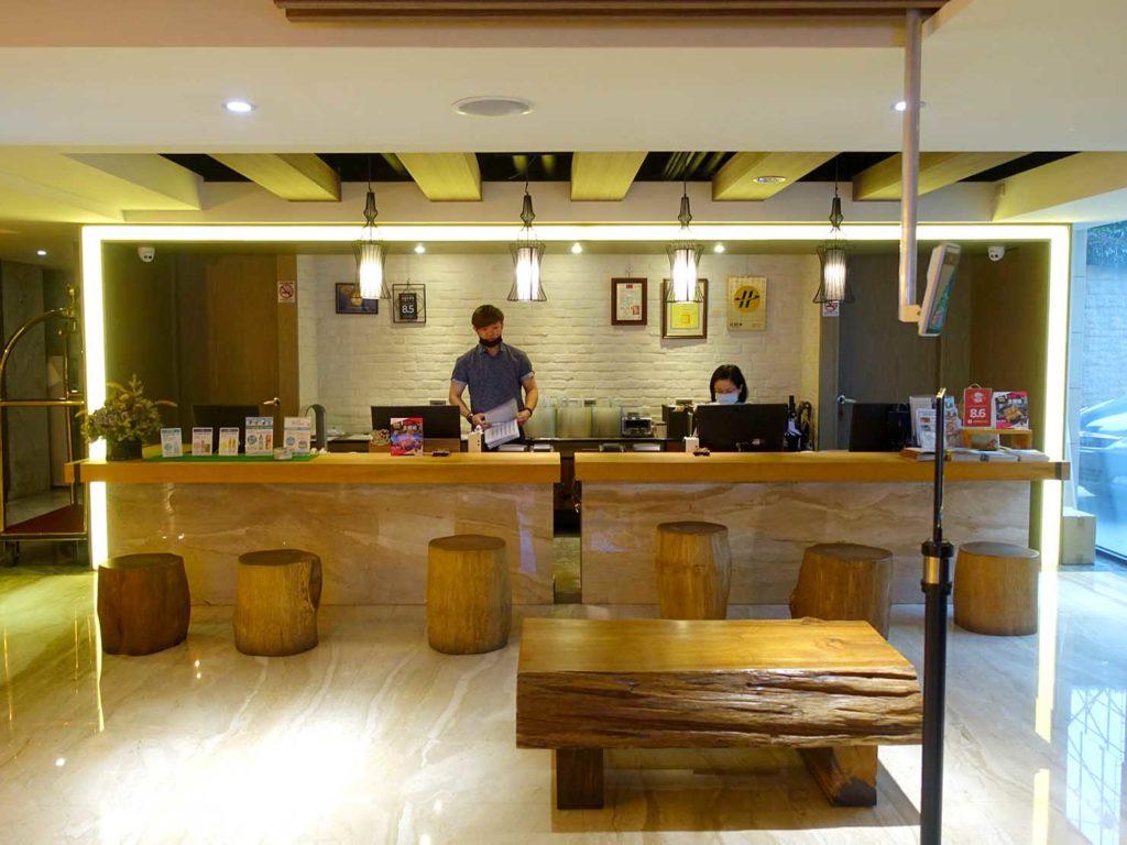 嘉義・文化路夜市すぐのおすすめホテル「蘭桂坊花園酒店」のフロント