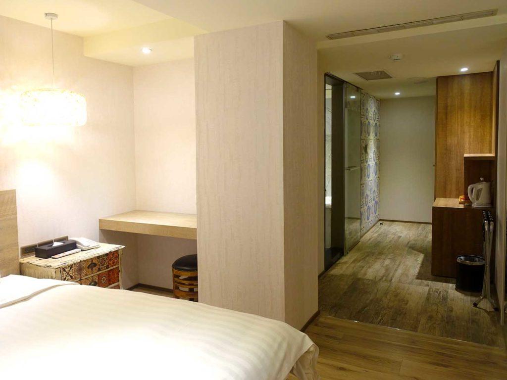 嘉義・文化路夜市すぐのおすすめホテル「蘭桂坊花園酒店」スーペリアダブルをベッドルームから