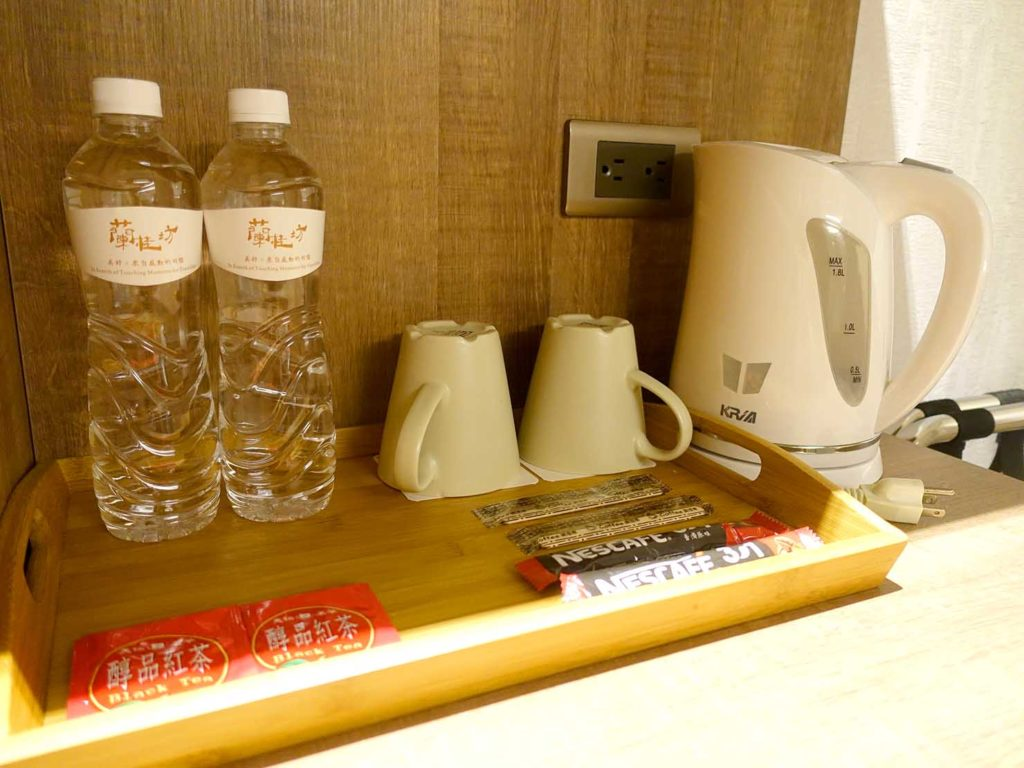 嘉義・文化路夜市すぐのおすすめホテル「蘭桂坊花園酒店」スーペリアダブルに準備されたミネラルウォーター