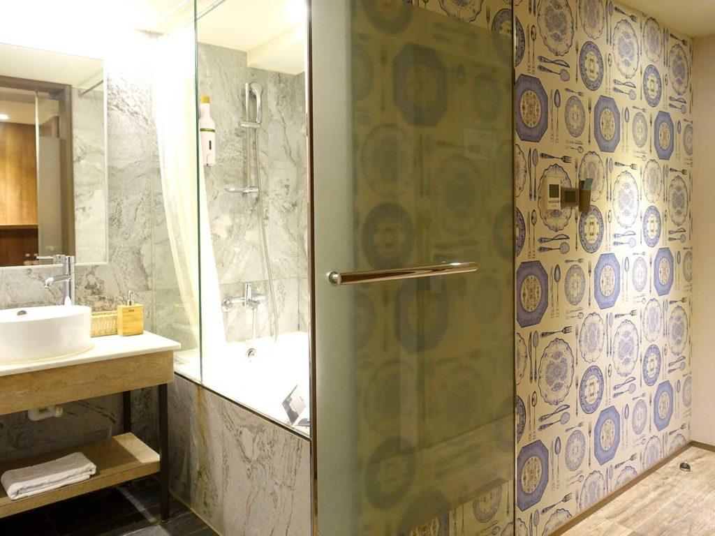嘉義・文化路夜市すぐのおすすめホテル「蘭桂坊花園酒店」スーペリアダブルのバスルーム入口