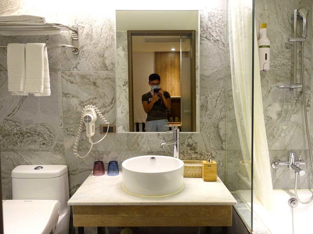 嘉義・文化路夜市すぐのおすすめホテル「蘭桂坊花園酒店」スーペリアダブルのバスルーム