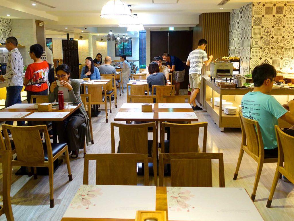 嘉義・文化路夜市すぐのおすすめホテル「蘭桂坊花園酒店」朝食ビュッフェのテーブル席