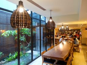 嘉義・文化路夜市すぐのおすすめホテル「蘭桂坊花園酒店」朝食ビュッフェの長テーブル席