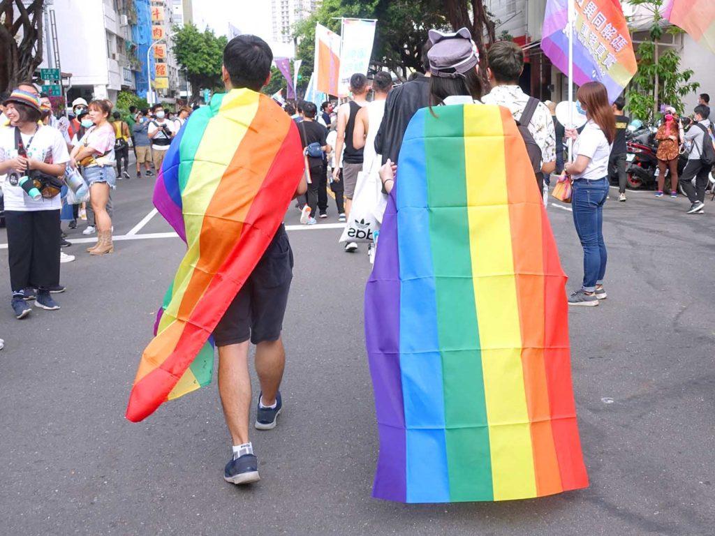 高雄同志遊行(高雄プライド)2020のパレードでレインボーフラッグを纏う参加者たち
