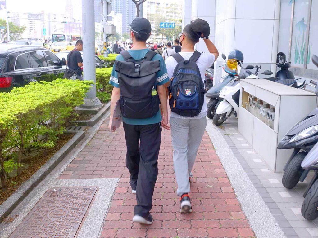 高雄同志遊行(高雄プライド)2020のパレード序盤で手を繋いで歩く同性カップル