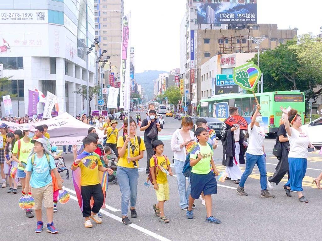 高雄同志遊行(高雄プライド)2020のパレードを親子で歩くグループ