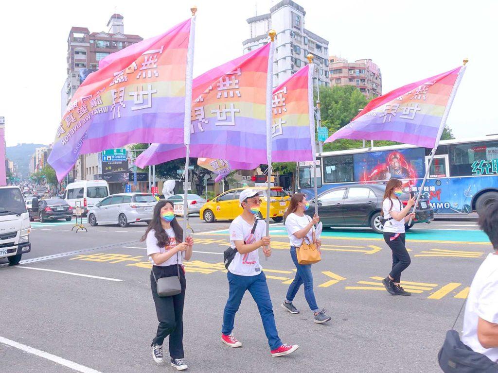 高雄同志遊行(高雄プライド)2020のパレードでレインボーフラッグを掲げて歩くグループ