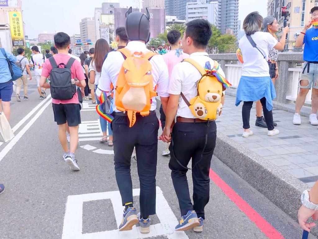 高雄同志遊行(高雄プライド)2020パレード序盤で手を繋いで歩くかわいい同性カップル
