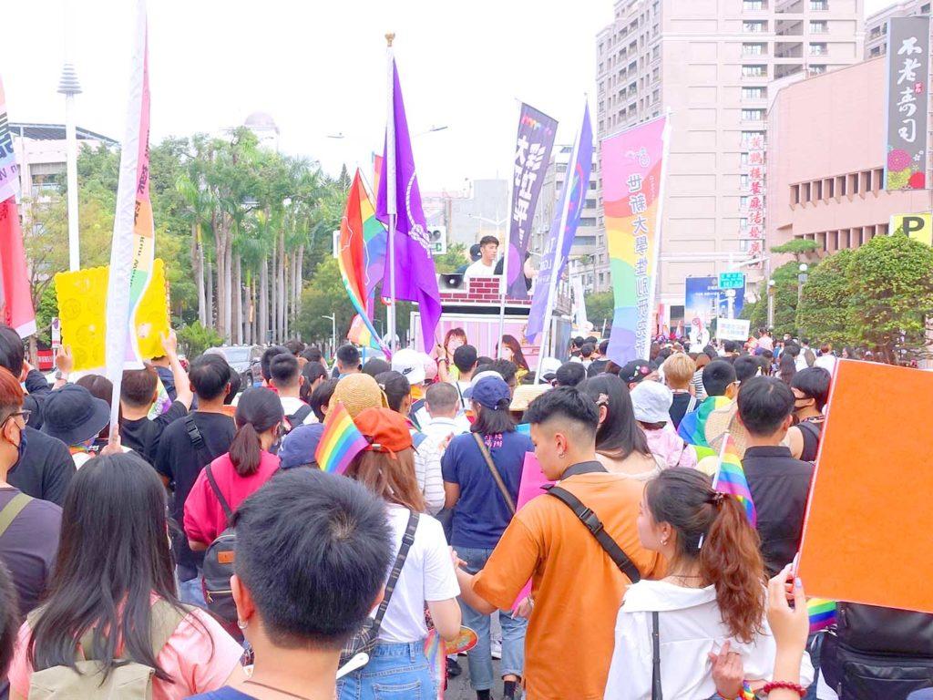 高雄同志遊行(高雄プライド)2020のパレードカーに続く参加者たち