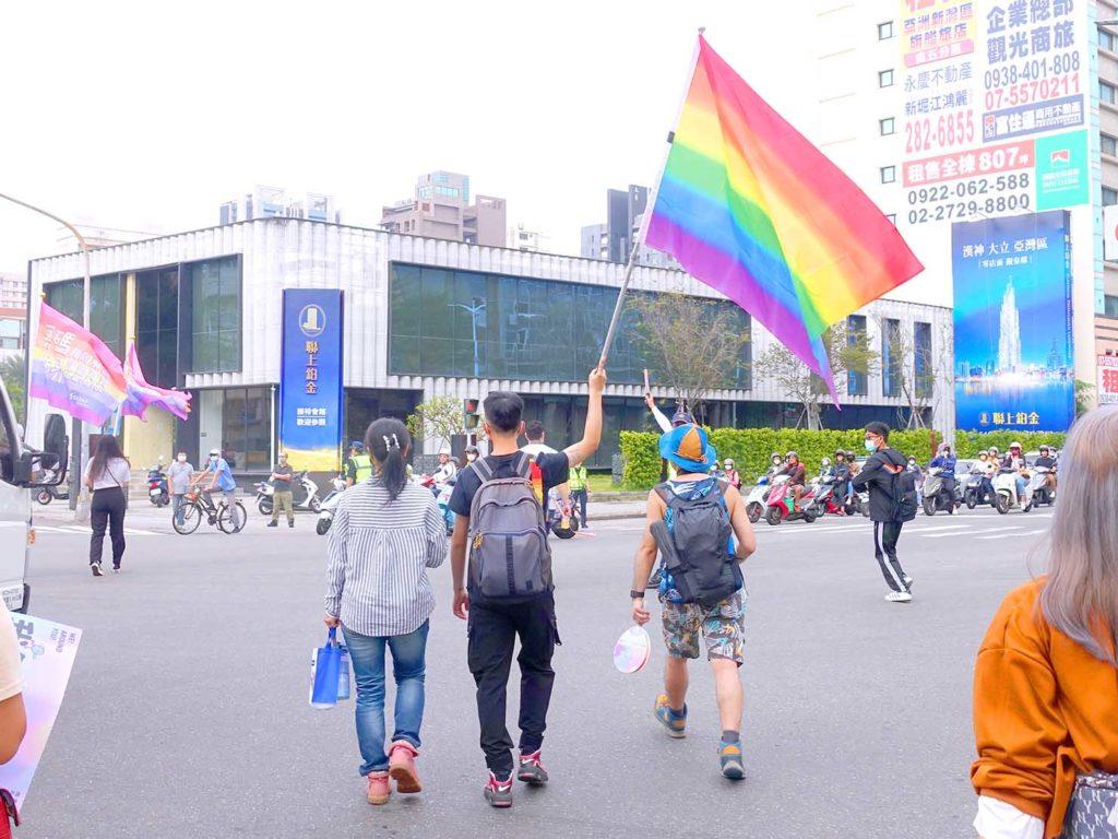 高雄同志遊行(高雄プライド)2020のパレードで大きなレインボーフラッグを掲げて歩く参加者