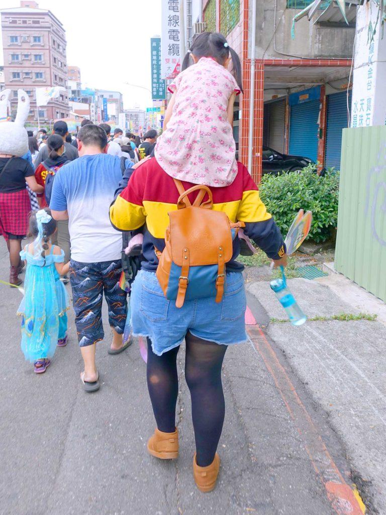 高雄同志遊行(高雄プライド)2020のパレードを肩車で歩く親子