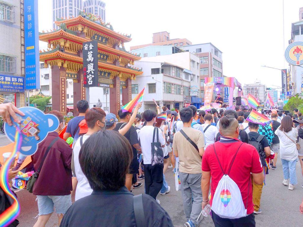 高雄同志遊行(高雄プライド)2020で大きな廟の前に差し掛かるパレード