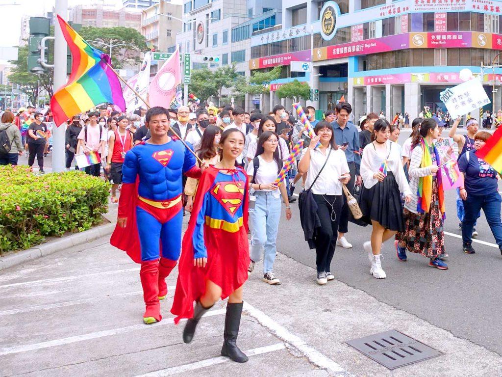 高雄同志遊行(高雄プライド)2020のパレードをスーパーマンのコスプレで歩く参加者