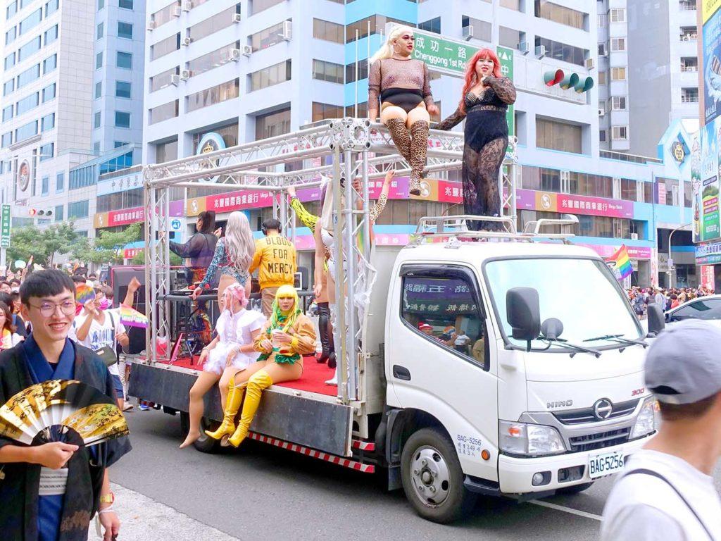 高雄同志遊行(高雄プライド)2020のパレードカーに乗り込んだドラァグクイーンのみなさん