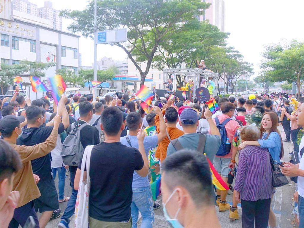高雄同志遊行(高雄プライド)2020のパレードカー周辺で盛り上がる参加者たち