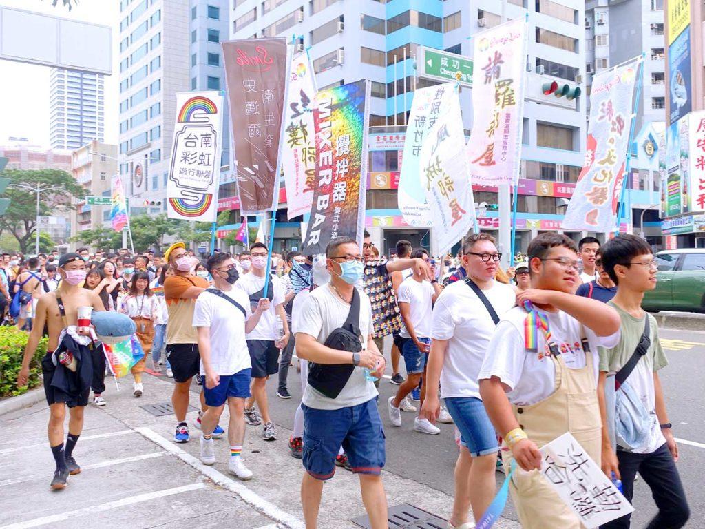 高雄同志遊行(高雄プライド)2020のパレードをフラッグを掲げて歩く参加者