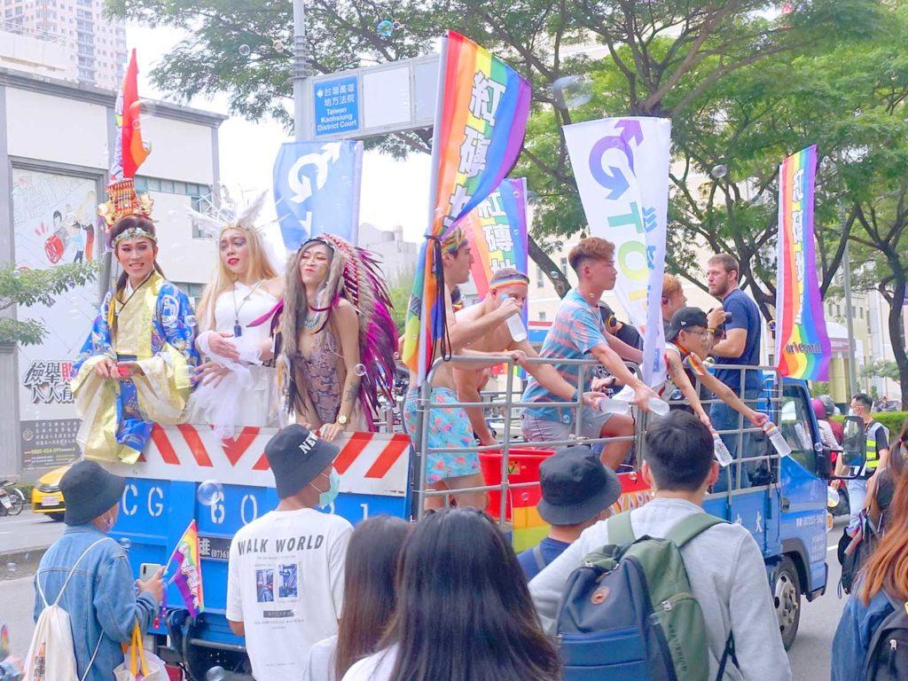 高雄同志遊行(高雄プライド)2020のパレードカーに乗るパフォーマーたち