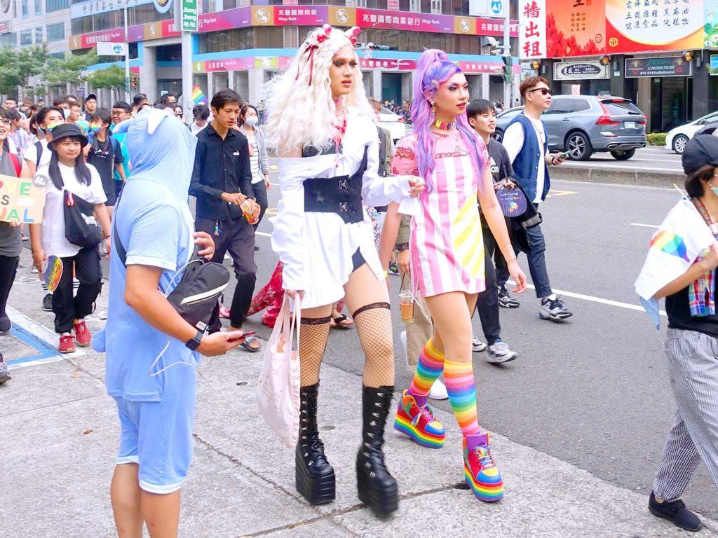 高雄同志遊行(高雄プライド)2020のパレードを歩く2人のドラァグクイーン